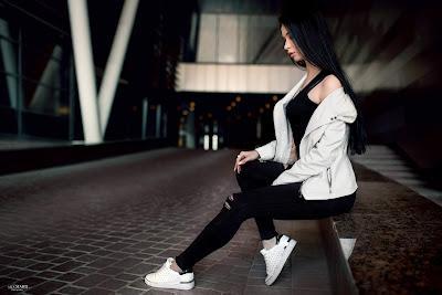 Linda chica modo dark sentada al lado de un edificio