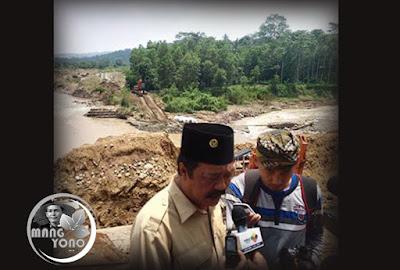 Ketua DPRD Beni Rudiono sedang diwawancara wartawan