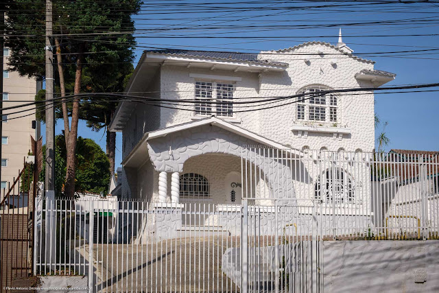 Casa com detalhes interessantes na Rua Alferes Ângelo Sampaio