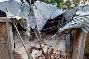 Mesjid Di Pinrang Tertimpa Pohon Kelapa Akibat Cuaca Buruk