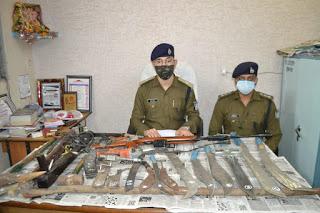 थाना हनुमानताल में अवैध हथियारों का जखीरा पकड़ाया