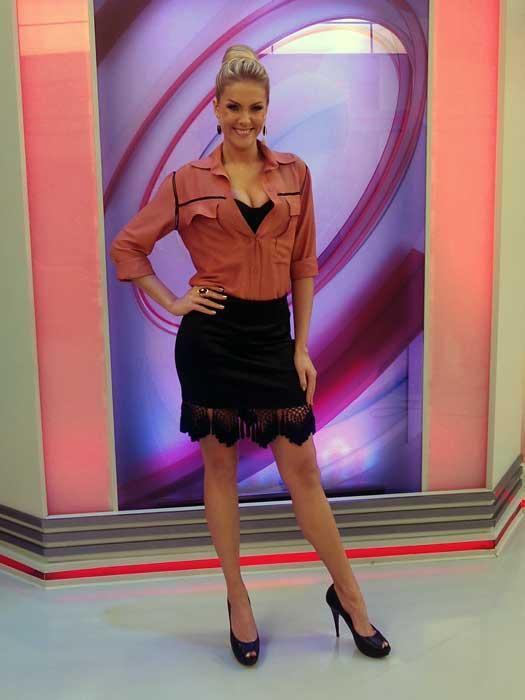 """1a358c335c40f Ana Hickmann explicou seu look desta quarta-feira (13)  """"Gosto de mudar  bastante. Ontem estava de saia longa, com a tendência cintura alta."""