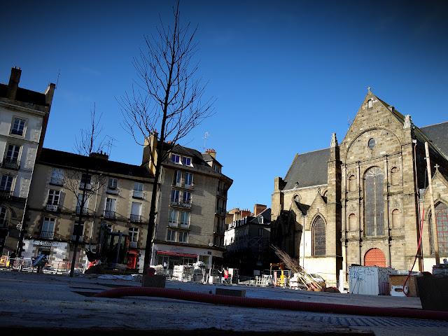 Les nouveaux arbres viennent d'être implantés sur la Place Saint-Germain (15 Décembre 2020)