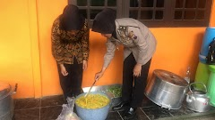 Peduli Korban Banjir, Polwan Polres Batang Bantu Memasak