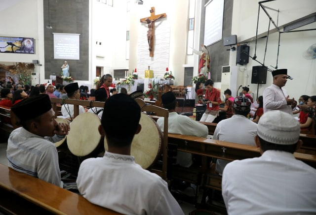 Para Santri Demak Ikut Ramaikan Natal di Gereja Mater Dei Semarang