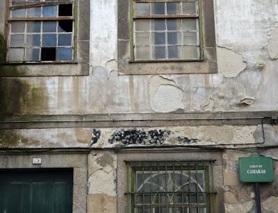 FAchada em ruínas de um edifício