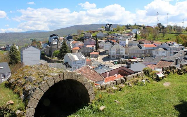 El bonito pueblo de Castro Caldelas en la Ribera Sacra, Orense