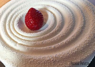 recette entremet fraisier, fraisier revisité, fraisier tendance, fraisier fashion, fraisier velours blanc, entremet tendance, joli entremet velours, velours blanc, gâteau blanc, gâteau velours blanc, pâtisserie à la mode, dessert relooké, moule vague Silikomart, patissi-patatta