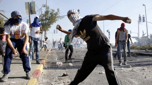 بالفيديوهات.. موضوعون في الحجر يهاجمون القوات العمومية بالحجارة