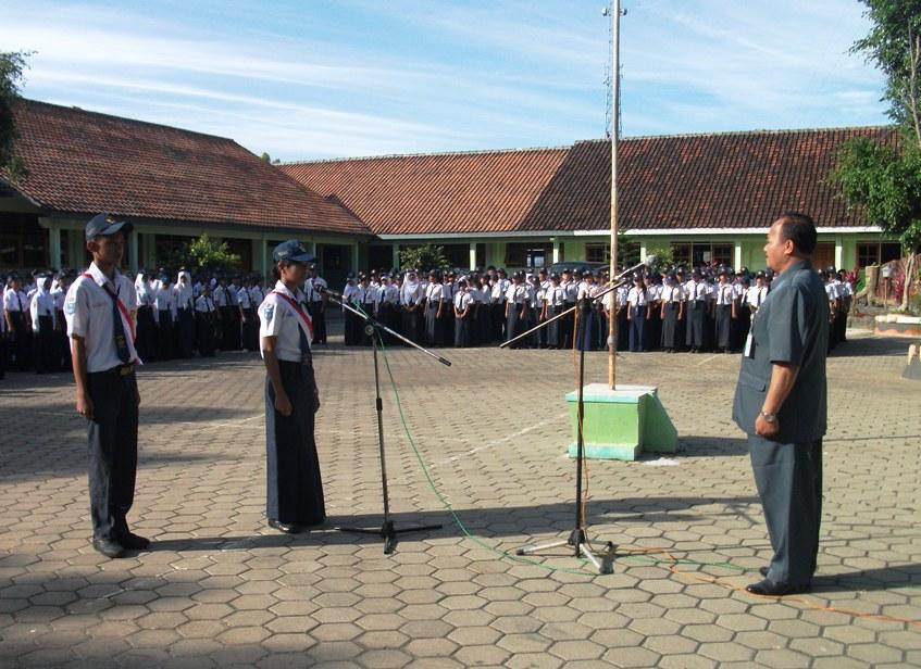 Hari Pertama Masuk Sekolah Osis Smpn 2 Girimarto Menggelar Upacara