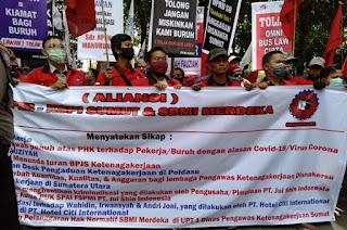Ket Foto : Ratusan buruh dari aliansi Serikat Buruh Merdeka Indonesia dan FSPMI Sumut tolak Omnibus Law unjuk rasa damai di Gedung DPRD Sumut.