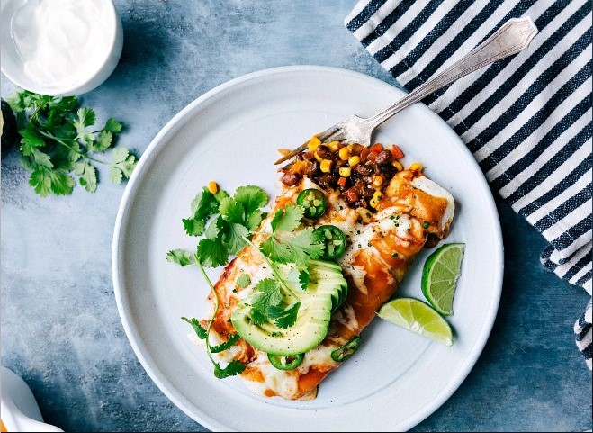Vegan Black Bean and Veggie Enchiladas with Nacho Cheese Sauce #vegan #dinner