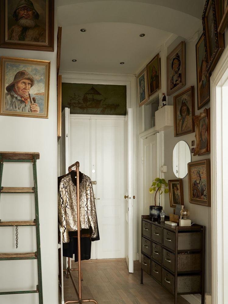 Dormitorio con muebles vintage y obras de arte