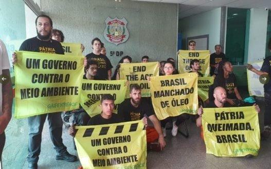 Ativistas do Greenpeace presos.
