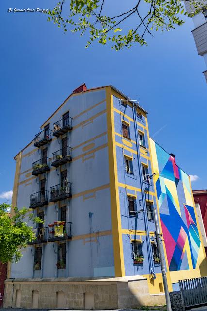 Mural en Plaza de los Tres Pilares, por Anna Taratiel - Bilbao, por El Guisante Verde Project