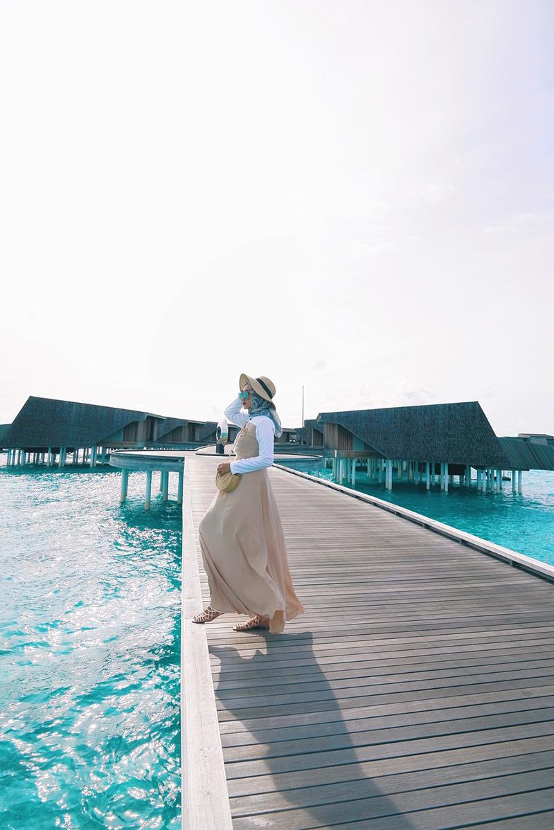 Cewek manis Dian Pelangi bergaya di Gaya foto di Pantai Manfaatkan Dermaga Buatan