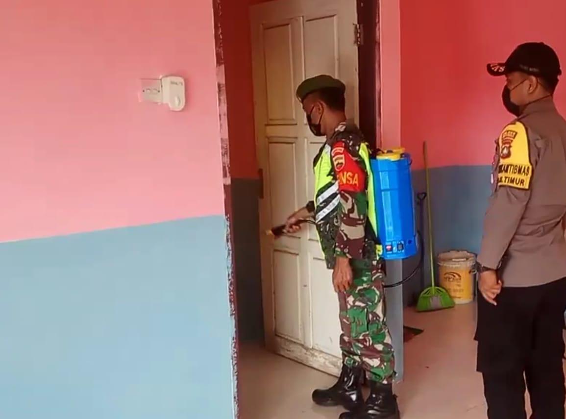Babinsa Kelurahan Ranai Darat Melakukan Penyemprotan Disinfektan Tempat Sarana Isolasi Terpadu Pos PPKM Skala Mikro