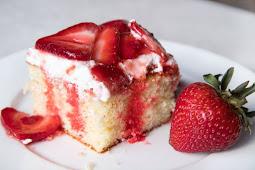 STRAWBERRY SHORTCAKE POKE CAKE #desserts #cakerecipe #chocolate