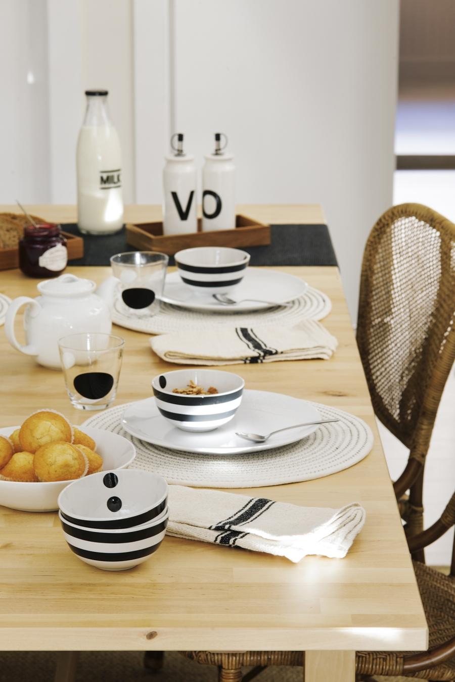 Czerń i biel w przytulnej aranżacji - wystrój wnętrz, wnętrza, urządzanie mieszkania, dom, home decor, dekoracje, aranżacje, minty inspirations, styl skandynawski, scandinavian style, biała wnętrza, małe wnętrza, małe mieszkanie, otwarta przestrzeń, czerń i biel, balck & white, naturalne drewno, naturalne materiały, jadalnia, czarny regał, czarna lampa wisząca, ratanowe krzesło