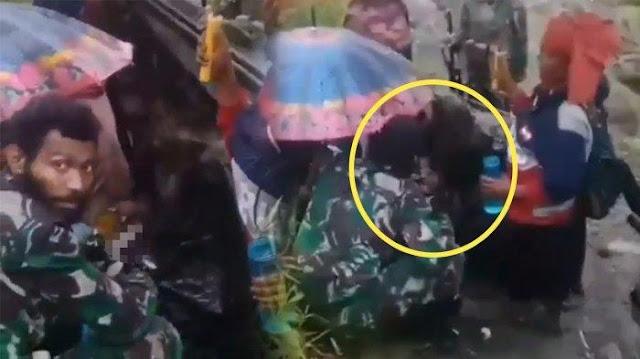 Viral, Video Prajurit TNI Membantu Seorang Ibu yang Melahirkan di Pedalaman Papua dalam Kondisi Hujan
