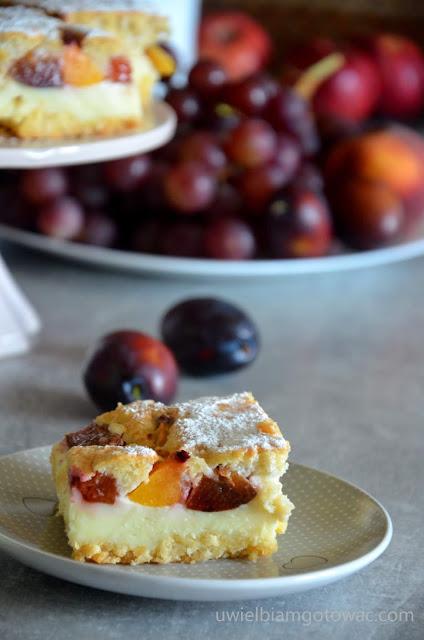 Kruche ciasto z budyniem i owocami