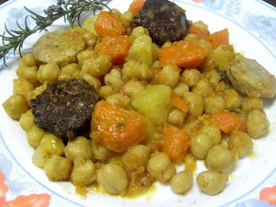 Garbanzos estofados con butifarras y verduras