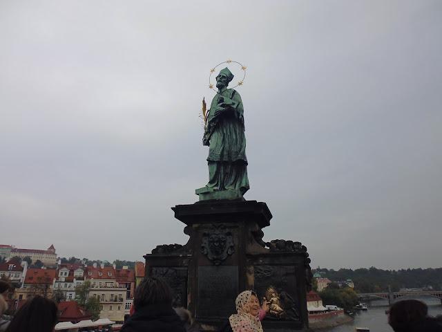 Estatua de San Juan Nepomuceno en el Puente de Carlos (Praga) (@mibaulviajero)