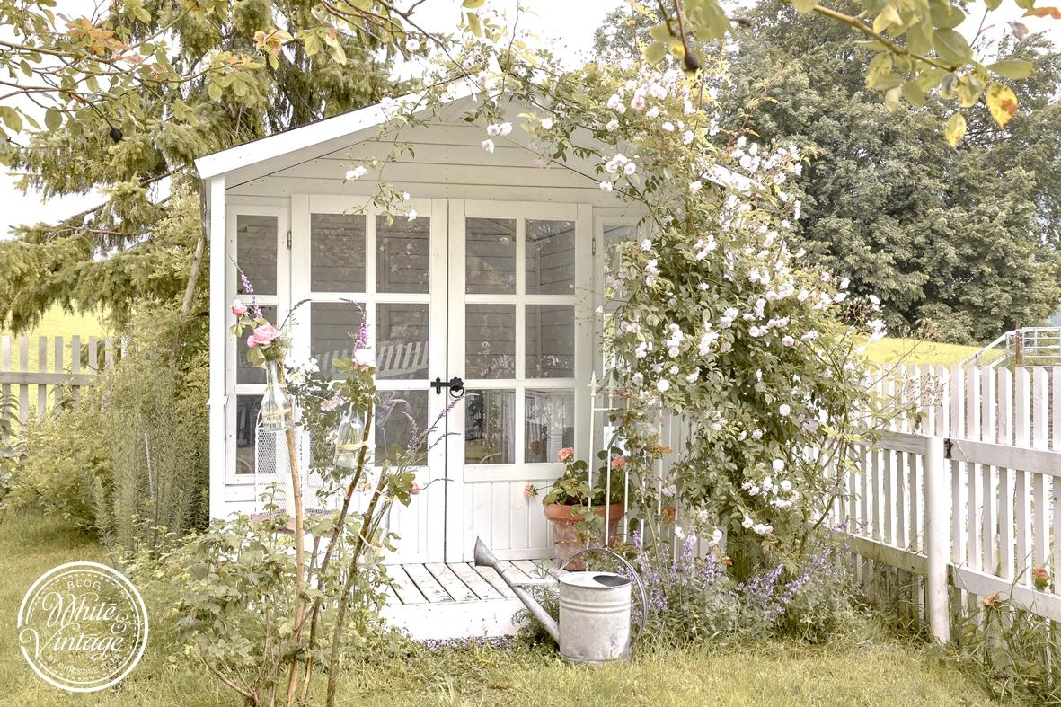 Gartenhaus mit Rosen verwachsen.