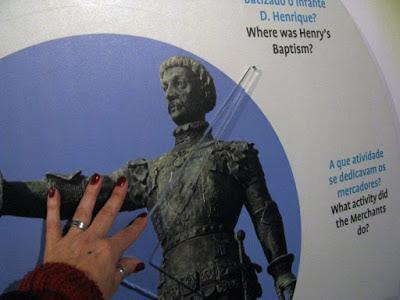 mão tocando a foto de uma estátua