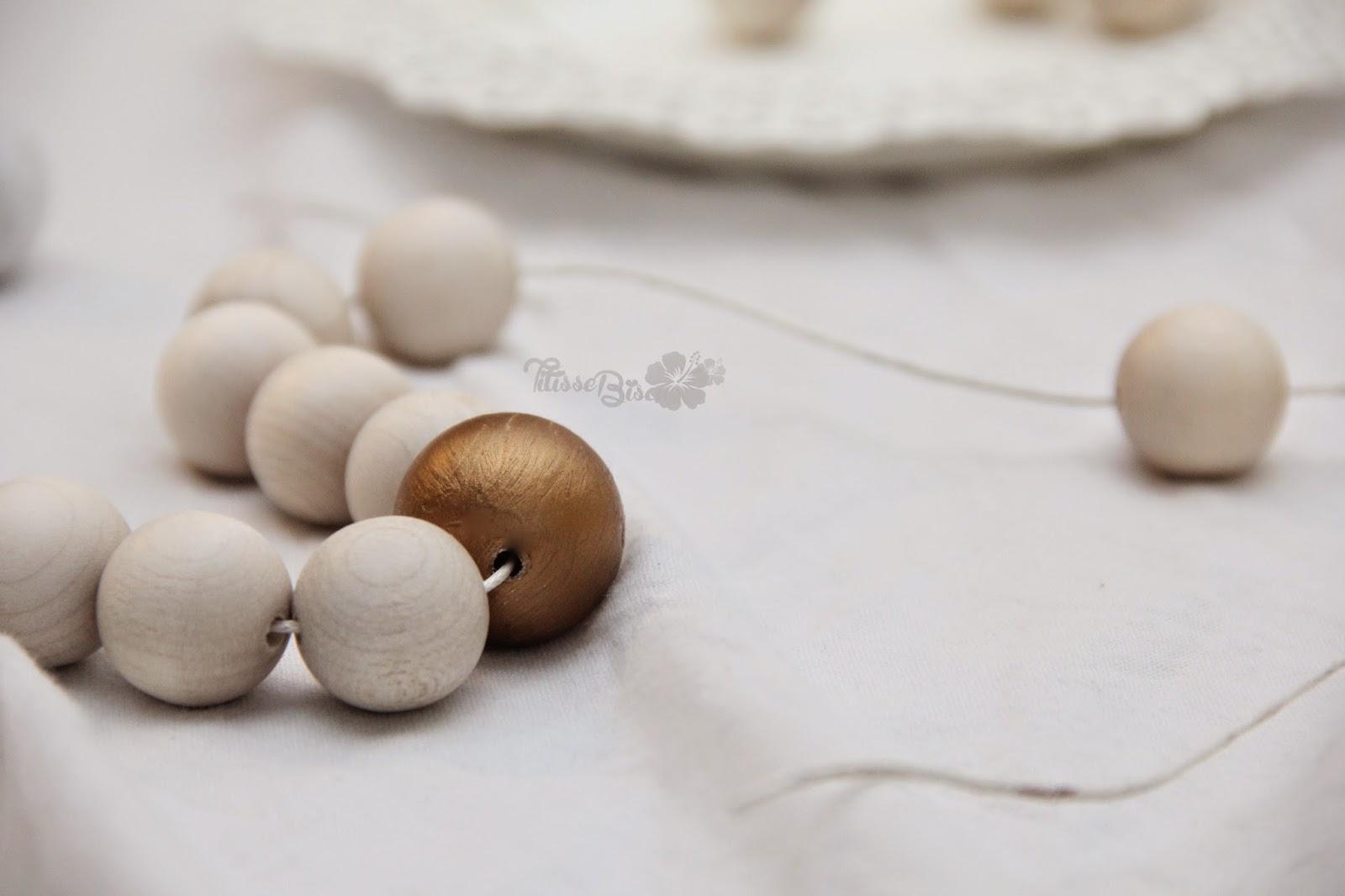 diy guirlande de perles de bois titisse biscus. Black Bedroom Furniture Sets. Home Design Ideas