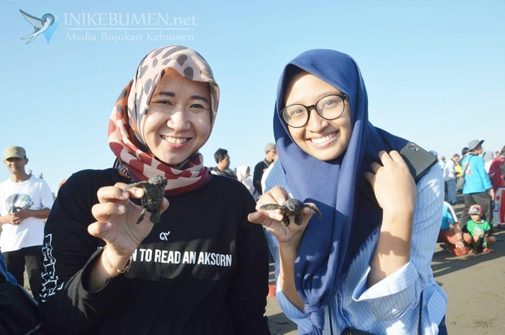 Keren! Ratusan Wisatawan Ikut Melepas 200 Tukik di Pantai Jogosimo
