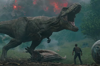 jurassic world el reino caido: un dinosaurio ataca a owen en un nuevo spot