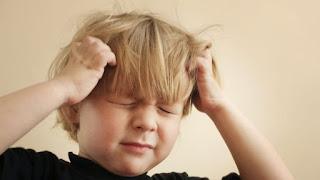 طفل مع صداع