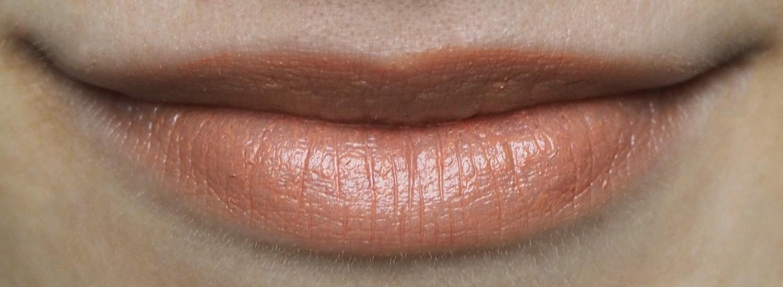Cremekampagne Lippenstift Matt 4 Scarlet Witch Tragefoto