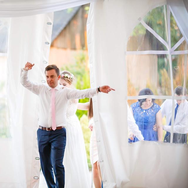 zabawa pociąg, pan młody, zabawy weselne, wesele, namiot