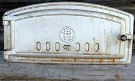 Valurautainen leivinuunin suuluukku, jossa keskellä ympyrän sisällä H-kirjain: Högfors.