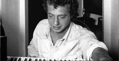 Mike Francis al pianoforte