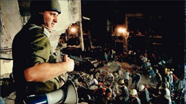 El coronel Amir Golan durante los trabajos en los restos de la AMIA