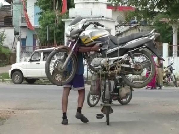 आपने कभी बाइक को साइकिल की सवारी करते हुए नहीं देखा होगा, अजीबोग़रीब मामला आया सामने
