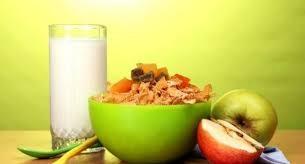 ¿Cenar solo fruta o cereales con leche ayuda a perder peso?