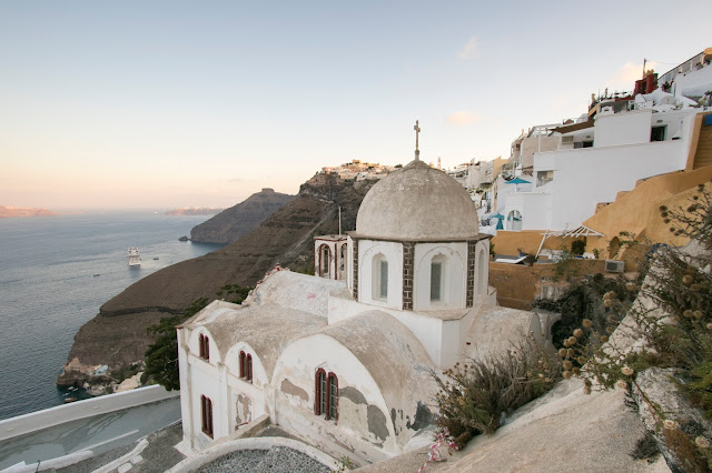 Alba a Santorini dalla terrazza panoramica di Fira