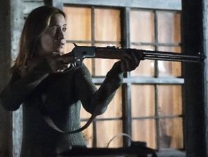 Camille Sullivan con una escopeta