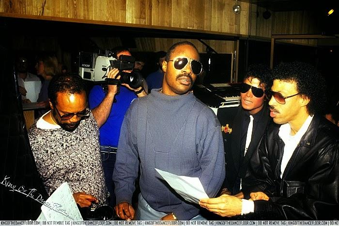 """Quincy Jones, Stevie Wonder, Michael  Jackson e Lionel Richie nas gravações de """"We Are the World"""""""