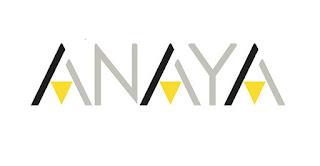 """Logotipo de Anaya. Consiste en el texto ANAYA escrito en letras grises, excepto todas las letras """"A"""", que están dibujadas con dos lineas diagonales que se juntan en la parte superior, formando así una pirámide. La mitad izquierda es en negro y la mitad derecha es gris. En el centro de la pirámide, hay otra pirámide invertida en color amarillo"""