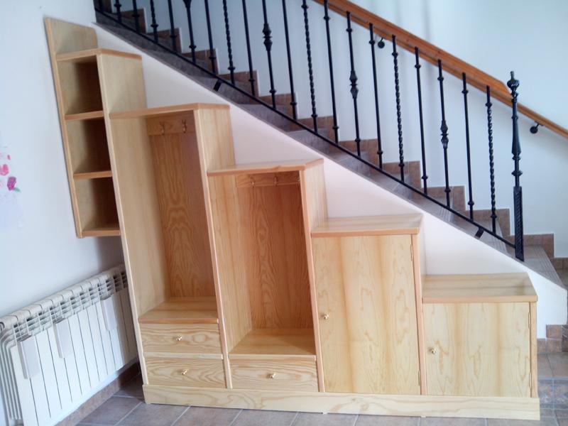 Mueble a medida en diferentes alturas al lado de escalera for Armarios para escaleras