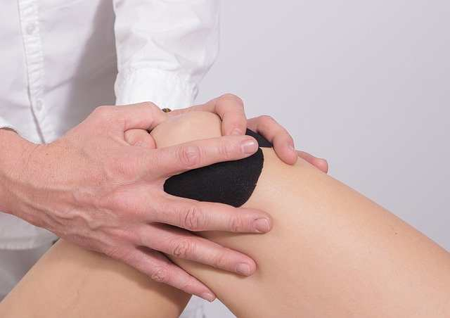هل طقطقة الركبة خطيرة؟