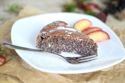 Saftiger Mohnkuchen mit Schokolade und Pflaumen