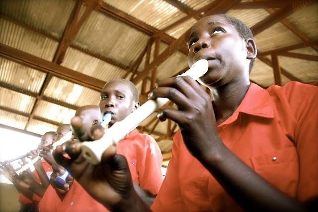 muchachos negros africanos tocando la flauta