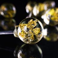 Une sucette aromatisée au champagne décorée d'or 24 carats