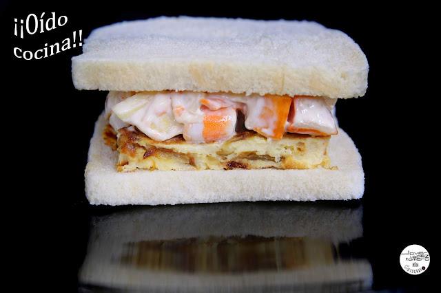Sándwich de tortilla y ensalada con mayonesa